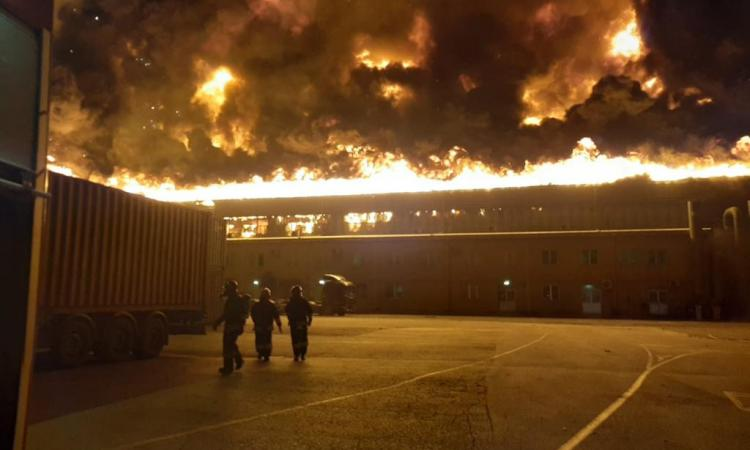 Incendio devasta il porto di Ancona, notte di paura: scuole e università chiuse (FOTO e VIDEO)