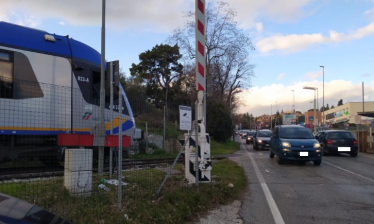 Macerata, problema alle sbarre: treno bloccato prima del passaggio a livello di via Roma