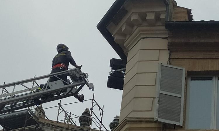 Macerata, cadono pezzi di intonaco dal cornicione: Vigili del Fuoco al lavoro a Palazzo Galeotti (FOTO)