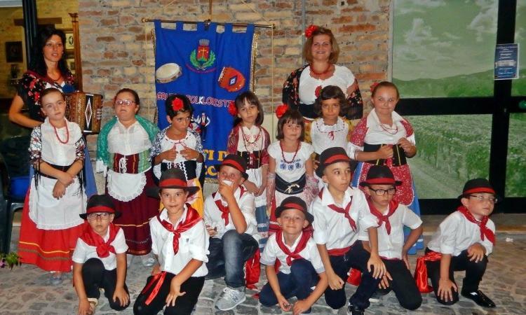 Li Matti de Montecò portano la tradizione a scuola