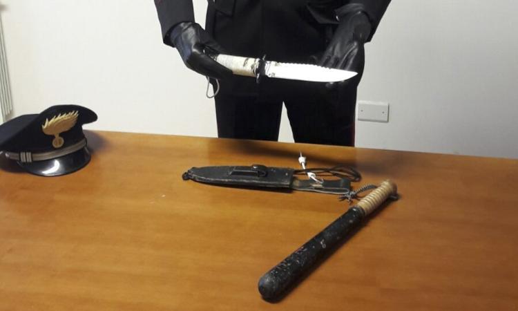 A spasso per Apiro con un pugnale e uno sfollagente: denunciate due persone