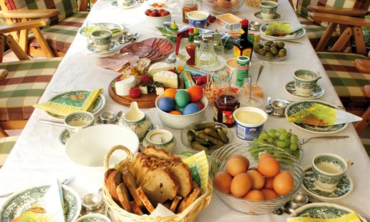 Pasqua in famiglia per l'84% dei marchigiani: uno su due mangerà agnello