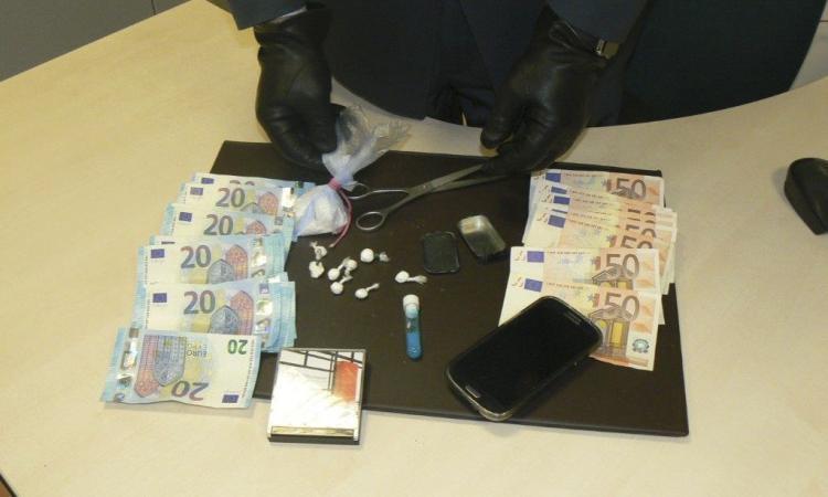 Blitz della finanza all'Hotel House: trovata droga e banconote false