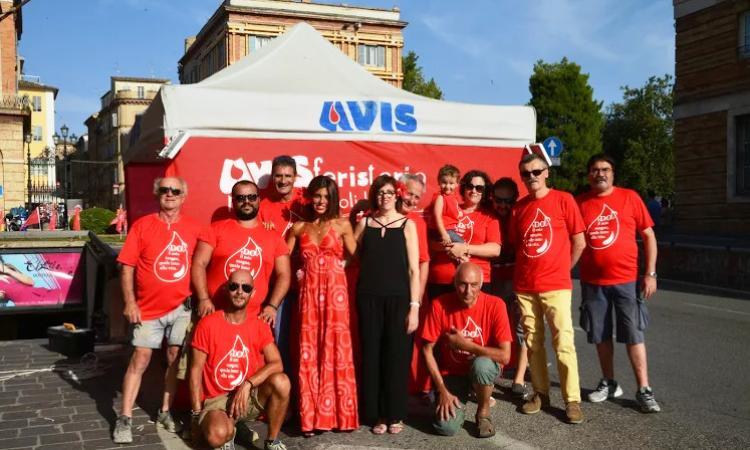 L'Avis Macerata in piazza durante la festa del patrono: appello a donare perchè d'estate c'è più carenza di sangue