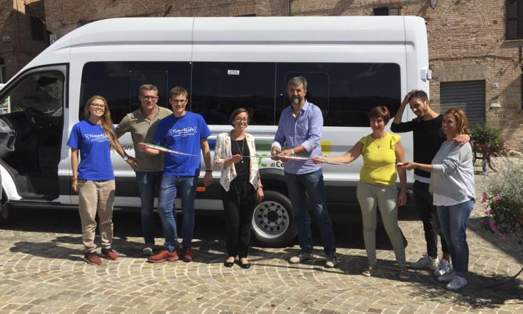 Caricento, consegnato lo scuolabus per il comune di Sarnano