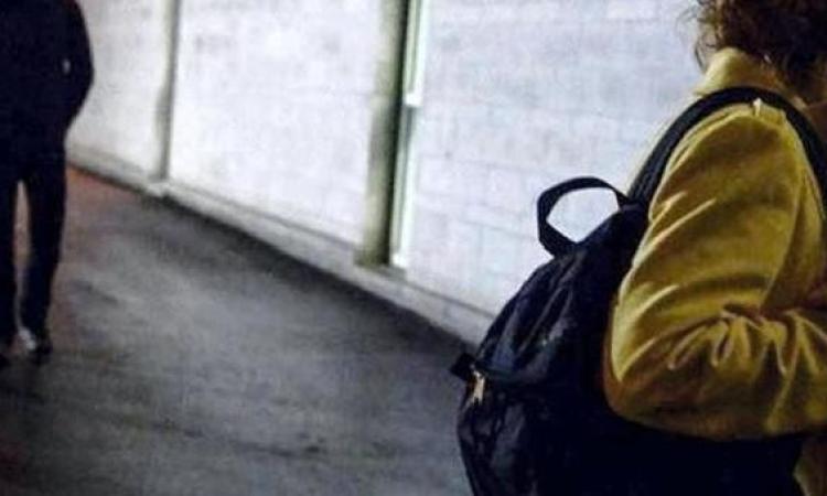 Macerata, quattordicenne seguita e molestata: denunciato un pakistano richiedente asilo
