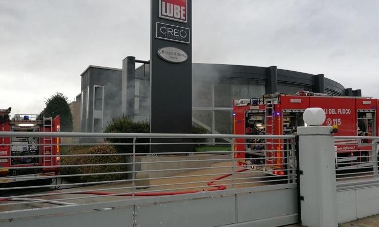 Treia, incendio in un magazzino della Lube: intervengono i pompieri - VIDEO