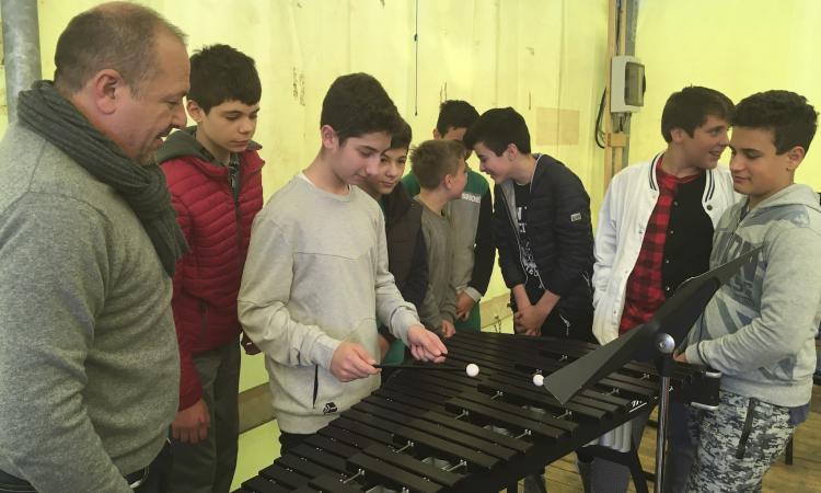 I bambini delle scuole dei Cinque Comuni suonano gli strumenti degli orchestrali FORM