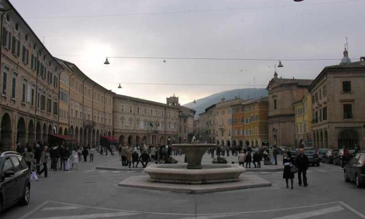 San Severino, piazza del Popolo aperta al transito delle auto per le festività natalizie
