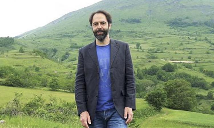 Neri Marcorè riceve il premio Picchio d'oro e lo dedica alle popolazioni colpite dal sisma
