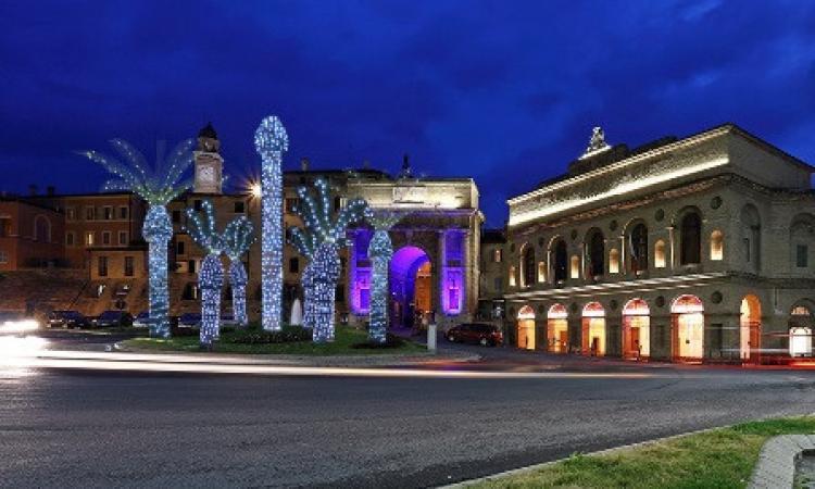 Anche Macerata ha le sue luminarie hot e la foto diventa virale sul web