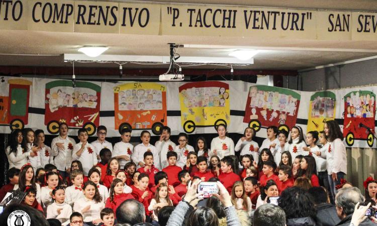 """A San Severino il Corpo Filarmonico """"F. Adriani"""" sul palco insieme ai bambini della primaria """"Tacchi Venturi"""""""