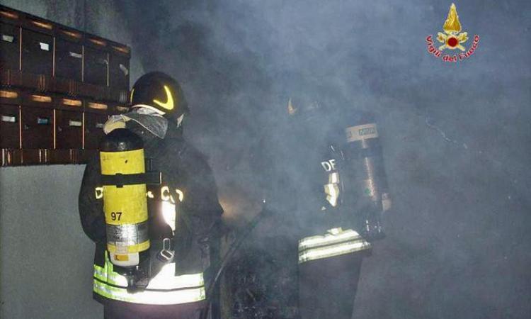 Spinetoli, un incendio doloso distrugge la palazzina che doveva ospitare i migranti
