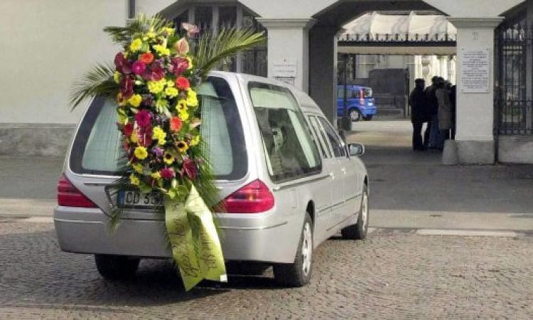 Carro funebre diretto a Macerata sequestrato a Genova con la salma dentro: non aveva l'assicurazione