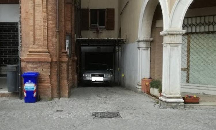 Tolentino, in piazza della Libertà spunta anche un... parcheggio coperto
