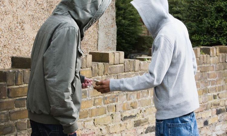Procurarsi la droga a Macerata? Facilissimo: la telefonata ad uno spacciatore su Radio24 - AUDIO