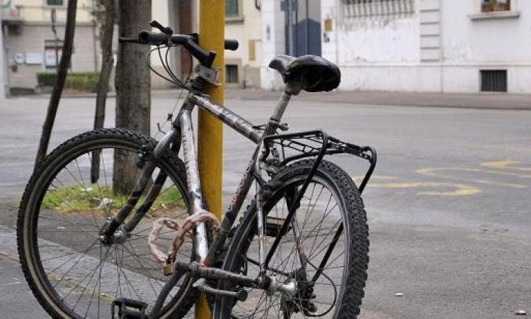Porto Recanati, sradicano un segnale per rubare una bici: denunciati in due per danneggiamento e tentato furto