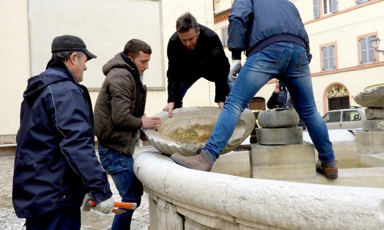 Tolentino, gli scalpellini di Montescaglioso restaurano la storica fontana di piazza Silverj