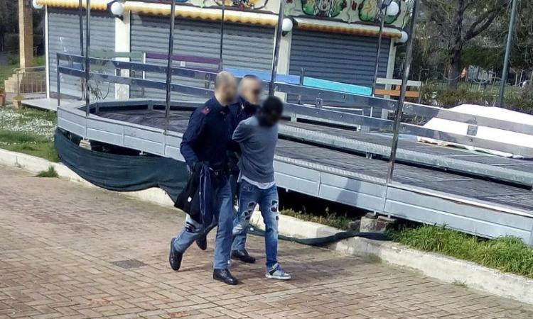 Macerata, blitz mattutino della polizia ai Giardini Diaz: un fermo