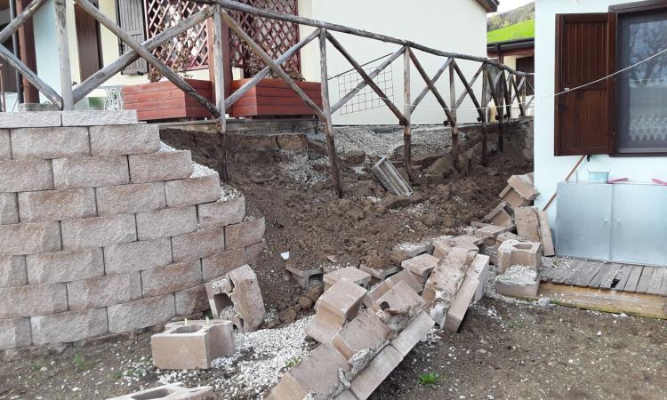 Pieve Torina, crolla il muro di contenimento delle Sae in zona Le Piane