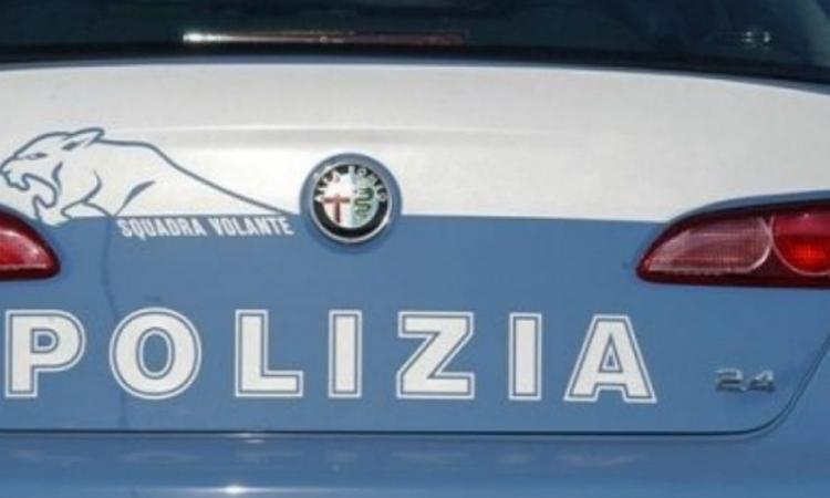 Scarpe e capi di abbigliamento contraffatti: denunciato un 37enne