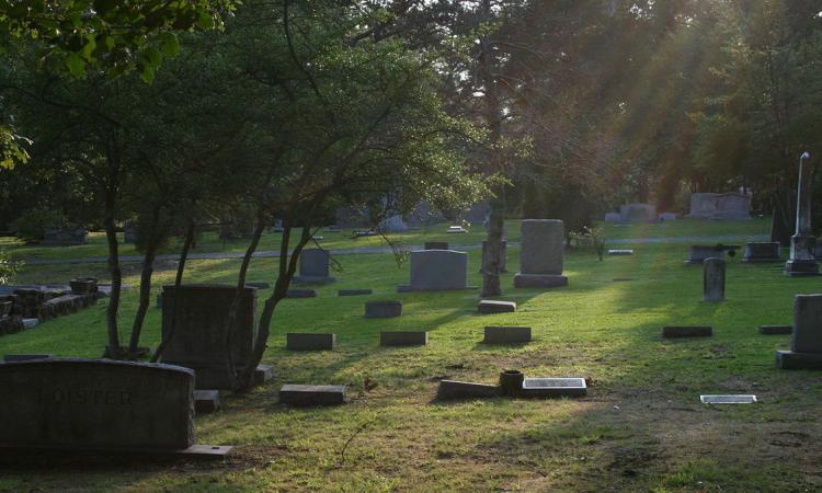 Sesso tra le tombe: il cimitero non é più luogo di riposo