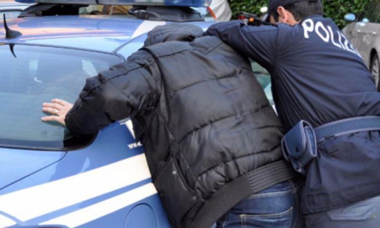 Macerata, ubriaco molesta i clienti del bar e aggredisce gli agenti: 48enne in manette