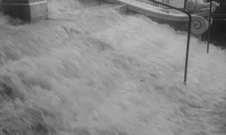 Nubifragio nel primo pomeriggio a Macerata: le scalette diventano una cascata d'acqua - FOTO
