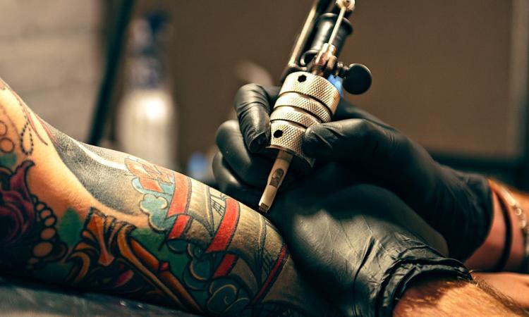 Tatuava in casa senza autorizzazioni, abusivo scoperto dalla Finanza