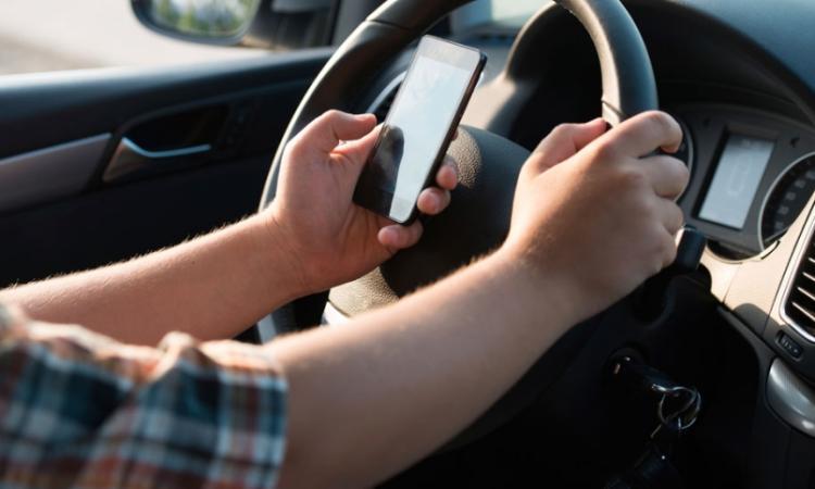 Chat e sms al volante: i nuovi accertamenti della Polizia sui sinistri stradali causati da distrazioni tecnologiche