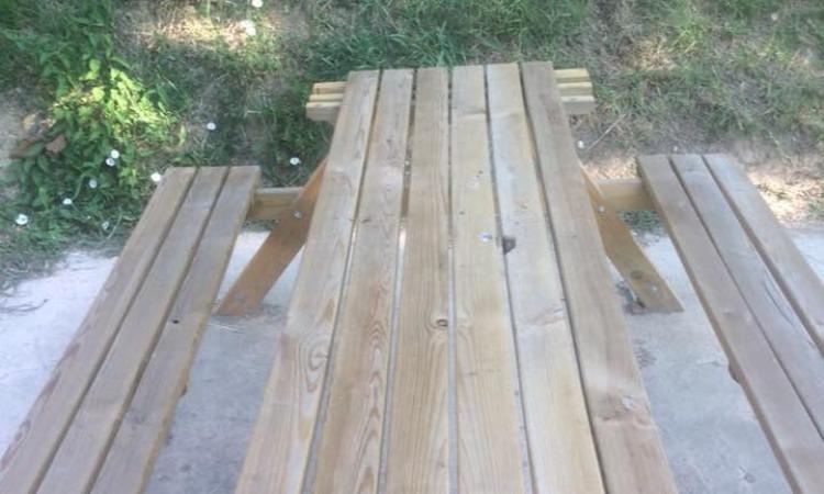Tolentino, vandali inarrestabili: danneggiati tavoli e panchine nell'area verde del Ponte del Diavolo