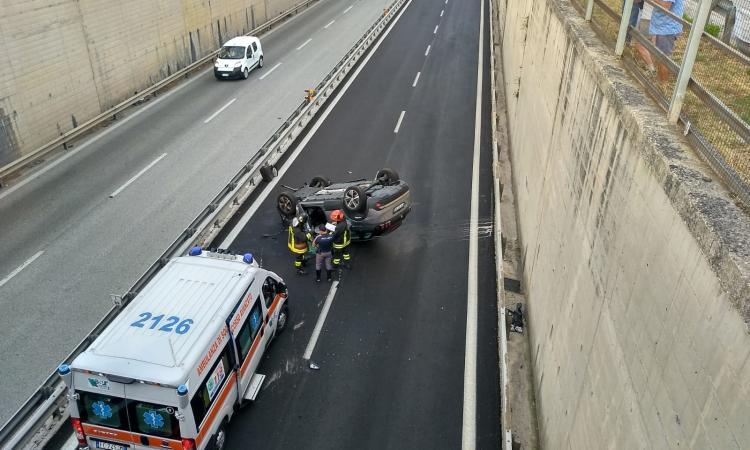 Caos in superstrada, auto si ribalta, in cinque si tamponano per evitarla (FOTO)