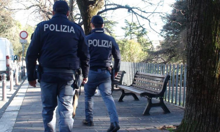 Macerata, aggredisce i poliziotti al Fontescodella: denunciato