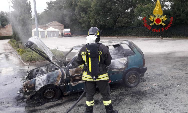 Incendio a Urbisaglia: in fiamme un'auto