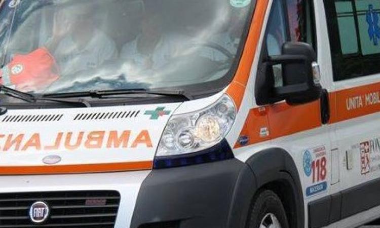 Potenza Picena, si ribalta con l'auto: una donna finisce al pronto soccorso