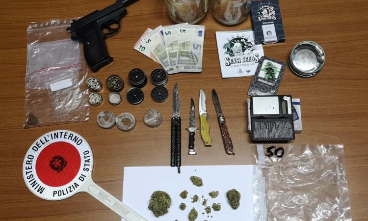 Macerata, sequestrata droga, coltelli e una pistola priva di tappo rosso: denunciati due giovani