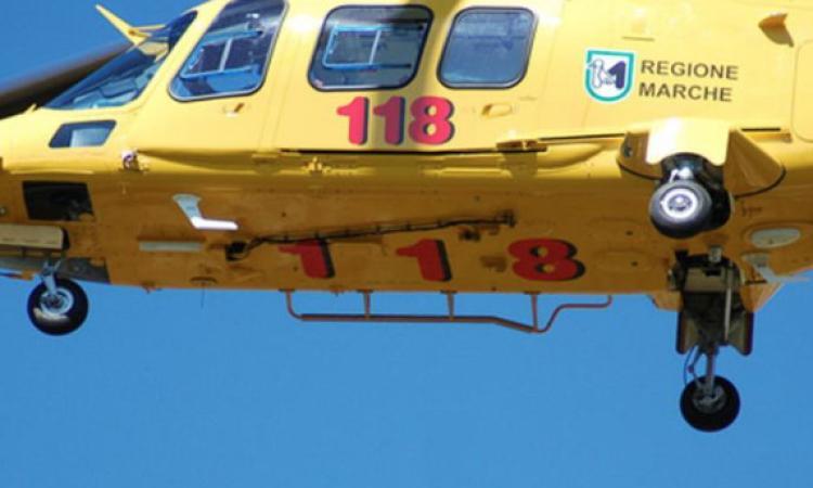 Montefano, meccanico gravemente ferito  a una mano: portato in elicottero ad Ancona