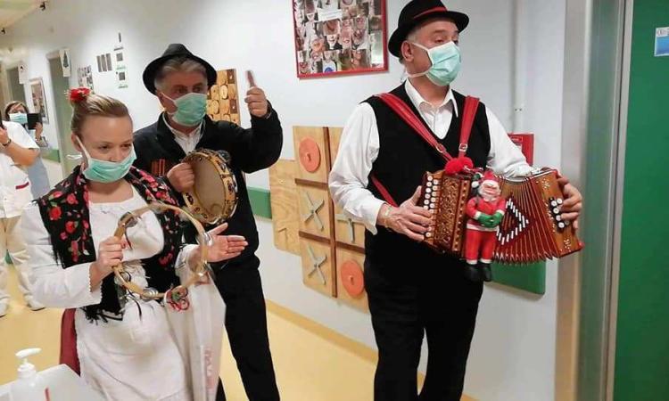 """""""Li Matti de Montecò"""", l'associazione culturale ha portato musica e doni ai bambini del Salesi"""