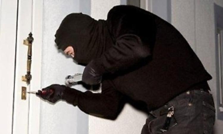 Ladri in azione a Civitanova: colpo da 100 mila euro in un'abitazione, rubate anche due auto