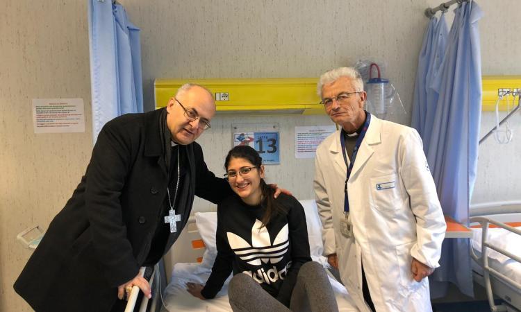 Il vescovo di Camerino Massara in visita all'ospedale Bambino Gesù (FOTO)