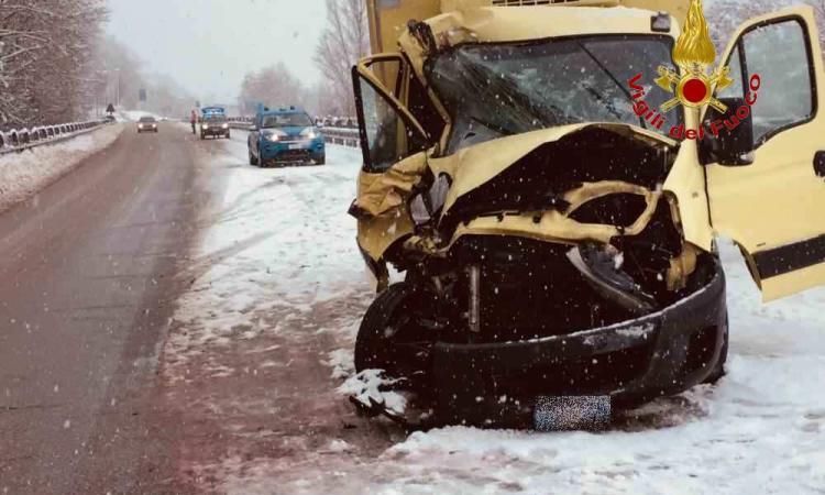Camerino, strada innevata: incidente tra due mezzi pesanti, uno trasportava ossigeno