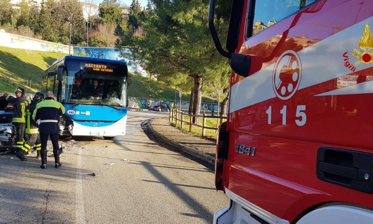 Macerata, Giardini Diaz: scontro tra auto e pullman con passeggeri a bordo (FOTO)