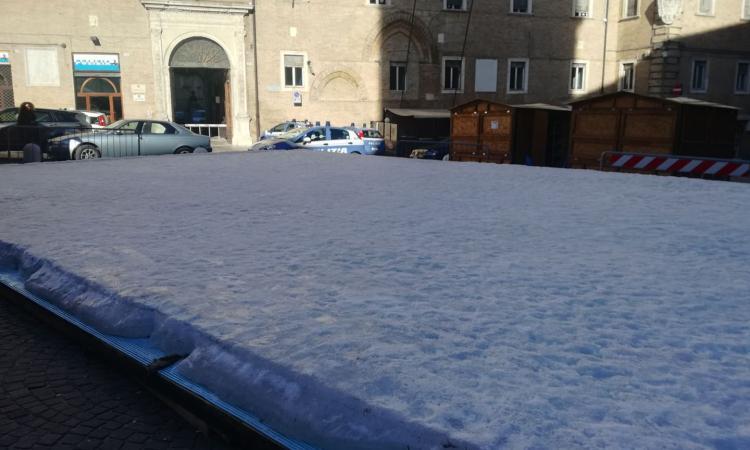 Macerata. Pista di ghiaccio ancora in Piazza: continuano le operazioni di disgelo