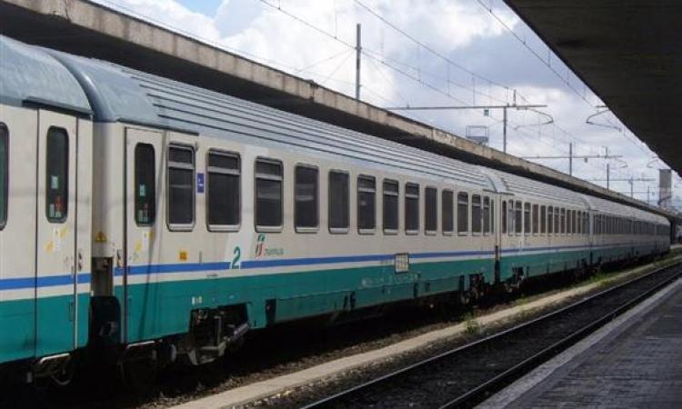 Tragedia in stazione, travolto da un treno in corsa: muore minorenne