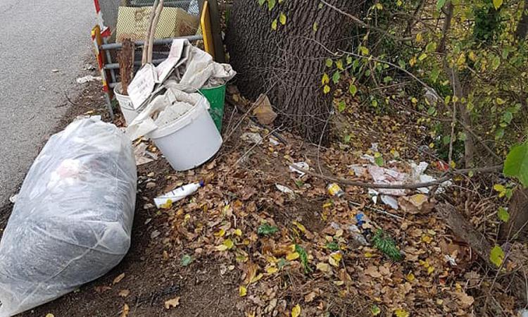 Montecosaro, muratore col vizietto di abbandonare rifiuti (FOTO)