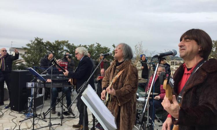 """Civitanova, 50° del """"Rooftop Concert"""": i Talk Radio omaggiano i Beatles dal tetto di un palazzo del centro"""