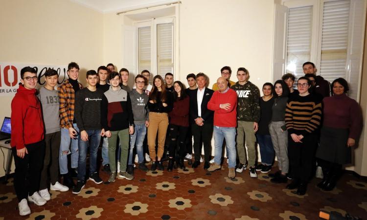 """I ragazzi del """"Galilei"""" in visita da Picchio News: giornalismo e scuola si incontrano (FOTO E VIDEO)"""