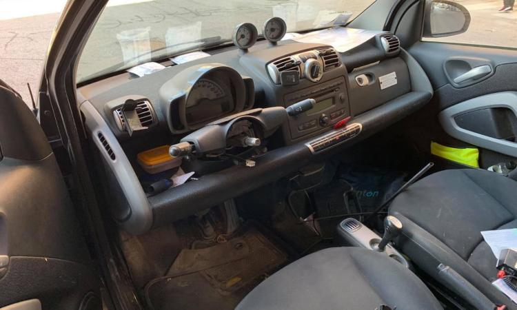 Civitanova, sale in auto ma il volante non c'è più: Smart nel mirino dei ladri