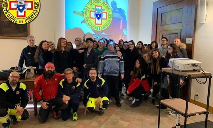 """Recanati,  """"Montagna sicura sempre"""": il Soccorso Alpino incontra gli studenti per parlare di sicurezza (FOTO)"""