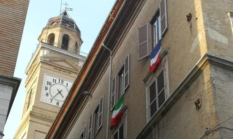 """Macerata, Carancini espone la bandiera francese in Comune. Sacchi (FI): """"Siamo alle comiche finali"""""""